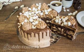 Шоколадный торт с грецкими орехами и клубникой