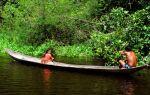 Пропитка каноэ американскими индейцами у озера Пич Лейк