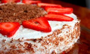 Торт рыжик украшенный клубникой