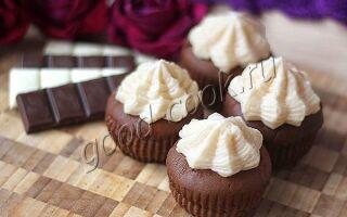 Шоколадные капкейки с клубничным курдом