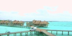 Домики на сваях и дорожки к ним - обычное дело на Мальдивах