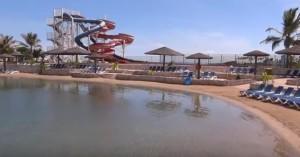 Отель с бассейном и горками